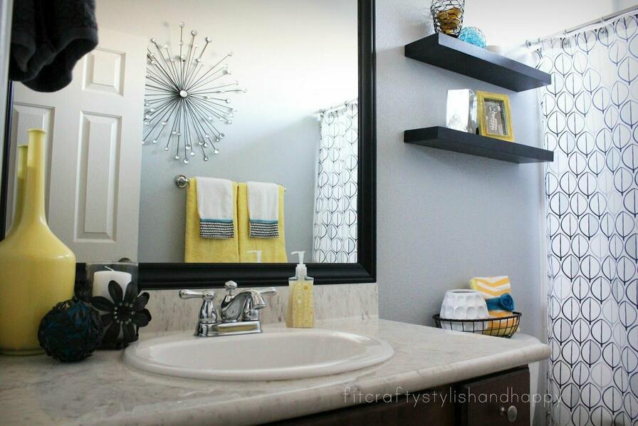 Doplnky žltej farby oživia kúpeľňu a dodajú jej šmrnc.